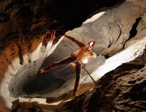 Пещерен туризъм